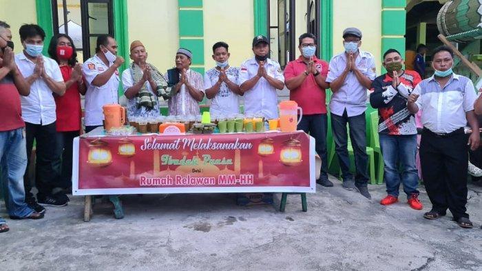 Relawan Rumah MMHH bagi Takjil dan bantuan pembangunan mesjid.