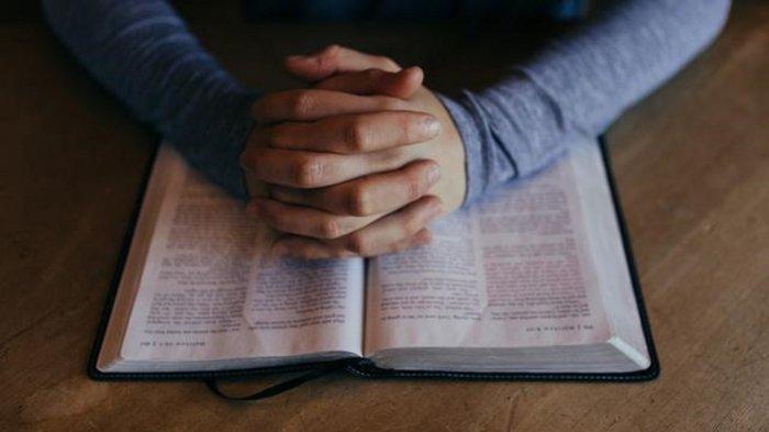 7 Contoh Doa Pengakuan Dosa Kristen, Ajarkan Kami Untuk Mengampuni Sesama