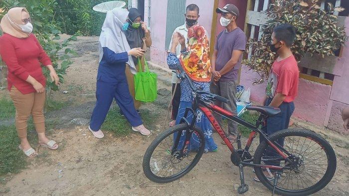 Orang Tua Reza Menangis saat Bantuan untuk Anak Mereka Turun Dari Mobil
