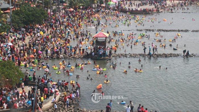LIBURAN DI ANCOL - Ribuan orang asyik mandi di Pantai Ancol, Ancol, Jakarta Utara
