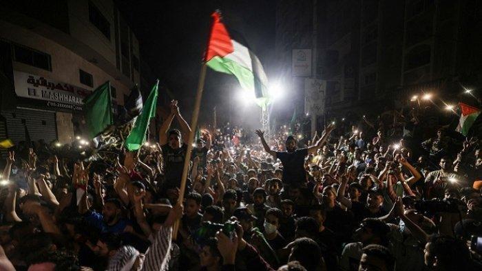 Ribuan orang turun ke jalan untuk merayakannya gencatan senjata yang ditengahi oleh Mesir antara Israel dan Hamas di Jalur Gaza, Palestina pada Jumat (21/5/2021) dinihari.   Artikel ini telah tayang di SerambiNews.com dengan judul Israel Setuju Gencatan Senjata, Hamas Klaim Kemenangan: Ini adalah Euforia Kemenangan, https://aceh.tribunnews.com/2021/05/21/israel-setuju-gencatan-senjata-hamas-klaim-kemenangan-ini-adalah-euforia-kemenangan.  Editor: Amirullah