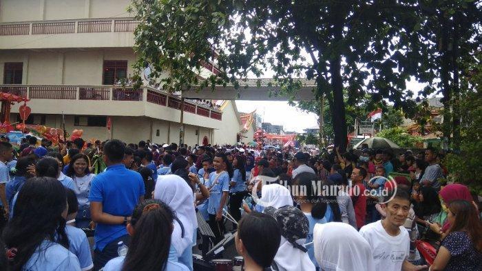 BREAKING NEWS Ribuan Masyarakat Memadati Kawasan Pecinan Manado