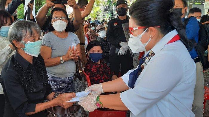 Rita Tamuntuan Istri Gubernur Olly Dondokambey Bersama Kagama Bagi Masker ke Lansia