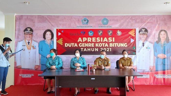 Rita Tangkudung Ketua TP PKK Kota Bitung saat menyematkan nomor peserta kepada perwakilan finalis Duta Generasi Berencana (Genre) Kota Bitung tahun 2021.