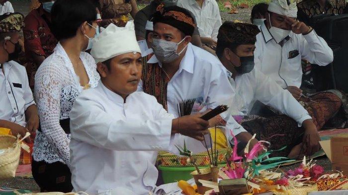 Pelaksanaan ritual Melasti yang diselenggarakan oleh Umat Hindu Kota Bitung di Pantai Waleleng Kelurahan Tanjung Merah Kecamatan Matuari Kota Bitung Provinsi Sulut, Kamis (11/3/2021).
