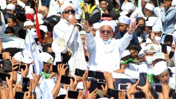 Rizieq Shihab saat menyapa simpatisannya saat tiba di daerah Puncak, Bogor, Jawa Barat, Jumat (13/11/2020).