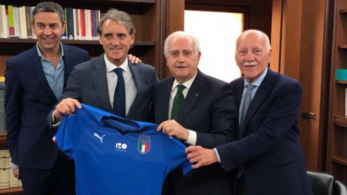Roberto Mancini resmi menjadi pelatih timnas Italia setelah mendatangani kontrak yang diberikan Federasi Sepak Bola Italia (FIGC), Senin (14/5/2018) waktu setempat.