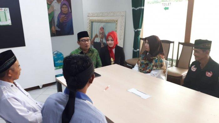 Guru SD yang Dipecat Lantaran Beda Pilihan Akhirnya Bertemu Ridwan Kamil