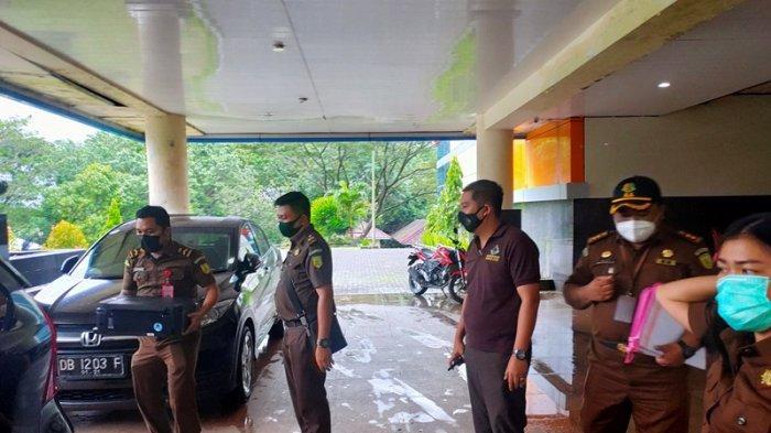 Rombongan petugas Kejati Sulut saat menyita sejumlah dokumen Rabu (27/1/2021) 16.50 Wita