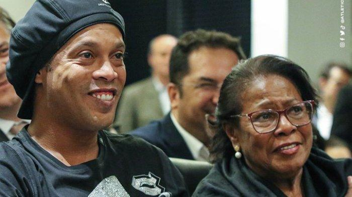 Ronaldinho dan sang ibu semasa hidup