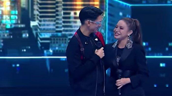 Afgan dan Rossa di panggung Grand Final Indonesian Idol Special Season.