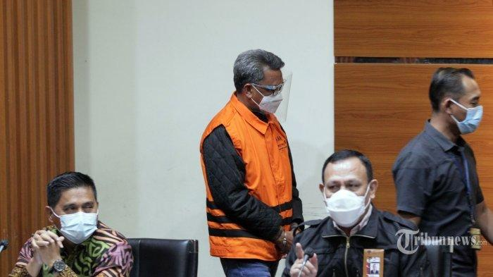 Suasana saat Ketua Komisi Pemberantasan Korupsi (KPK), Firli Bahuri memberikan keterangan pers terkait Operasi Tangkap Tangan (OTT) Gubernur Sulawesi Selatan, Nurdin Abdullah oleh KPK, di Gedung KPK, Kuningan, Jakarta Selatan, Minggu (28/2/2021) dini hari. Pada konferensi pers tersebut, KPK menyatakan telah menetapkan Gubernur Sulawesi Selatan, Nurdin Abdullah sebagai tersangka kasus proyek pembangunan infrastruktur karena diduga menerima gratifikasi atau janji. Selain Nurdin Abdullah, KPK juga menetapkan tersangka kepada Sekdis PUPR Sulsel, Edy Rahmat (ER) sebagai penerima dan Agung Sucipto (AS) selaku pemberi.