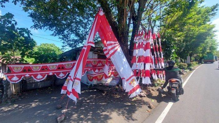 Rudy penjual pernak pernik bernuansa merah putih di tepi jalan protokol Kota Bitung Provinsi Sulut.