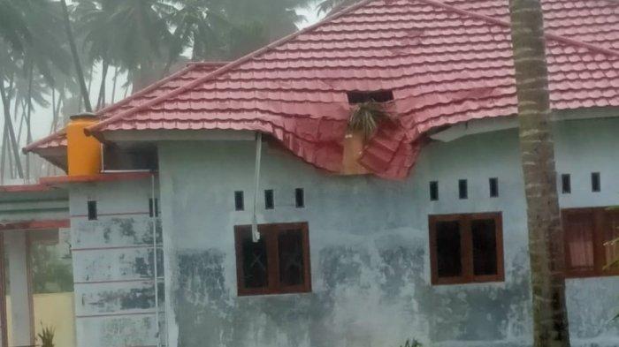 Atap Rumah Dinas Camat Tomini di Bolsel Sulut Rusak Akibat Tertimpa Pohon Tumbang