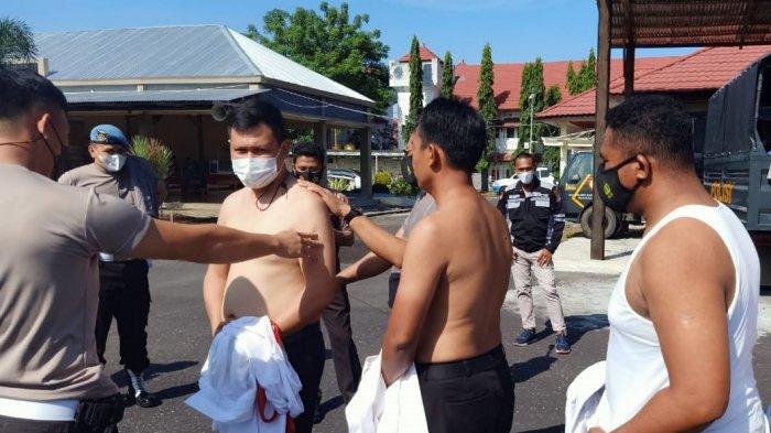 Propam Polres Minahasa Selatan Razia Tato, Semua Polisi Disuruh Tanggalkan Baju