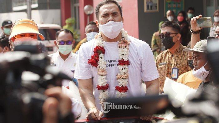 Saipul Jamil disambut keluarga dan kerabat keluar dari LP Kelas I Cipinang, Jakarta, Kamis (2/9/2021). Saipul Jamil bebas murni setelah menjalani hukuman pidana penjara terkait kasus pencabulan dan kasus suap.
