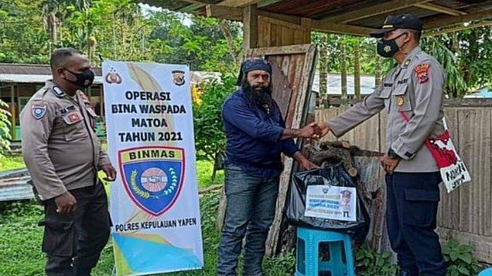 Tobat dan Kembali ke NKRI, Para Mantan Anggota KKB Papua Dapat Bantuan Sembako dari TNI dan Polri