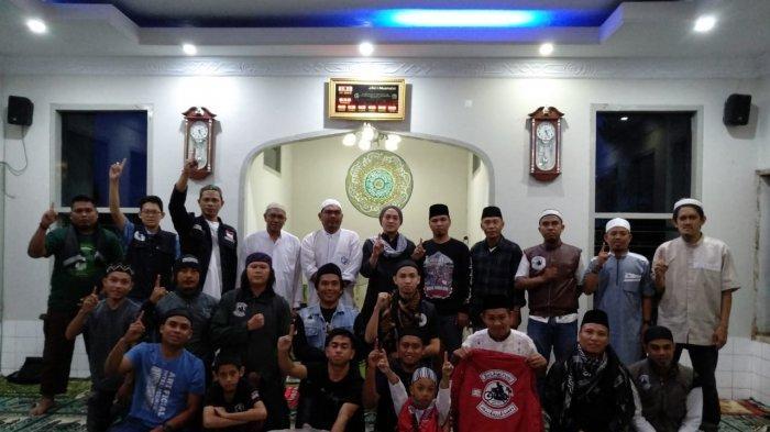 Usai Salat Subuh, BS Manado Bersihkan Masjid Al Kautsar