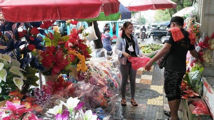 Bantu Orang Tua Jualan Bunga, Penjual Bunga Cantik Ini Jadi Pusat Perhatian