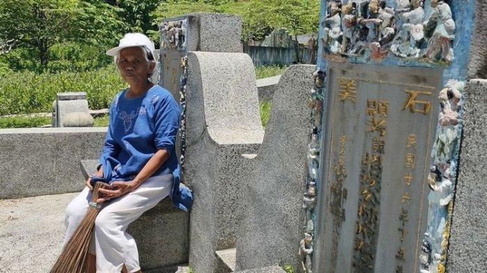 Samiyem (58) sehabis menyapu salah satu bong keluarga Tionghoa di pemakaman Cina pada pedukuhan tegallembut, Kalurahan Giripeni, Kulon Progo, Daerah Istimewa Yogyakarta.