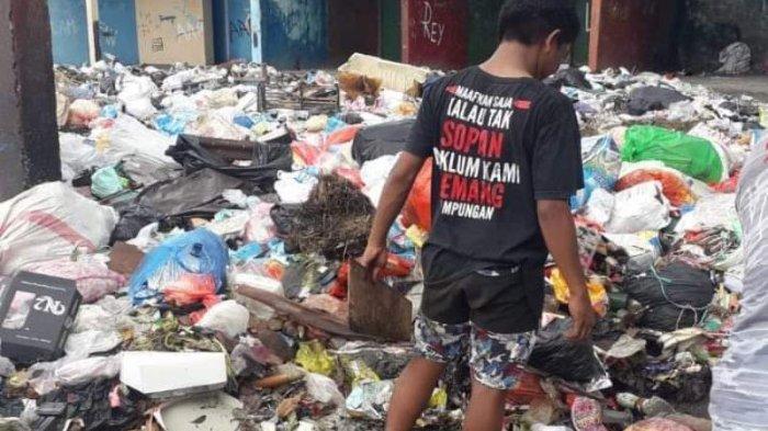 sampah di Kelurahan Sindulang 1, Lingkungan 1, Kecamatan Tuminting, Manado, tepatnya di bawah Jembatan Sukarno.