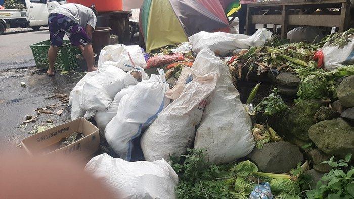 Sampah disekitaran lokasi Pasar Beriman Wilken Tomohon.