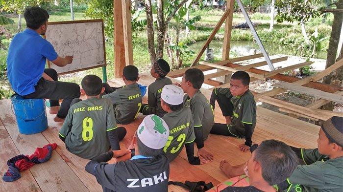 Santri Pondok Pesantren Al Hasanain Islamic Soccer School Kotamobagu.