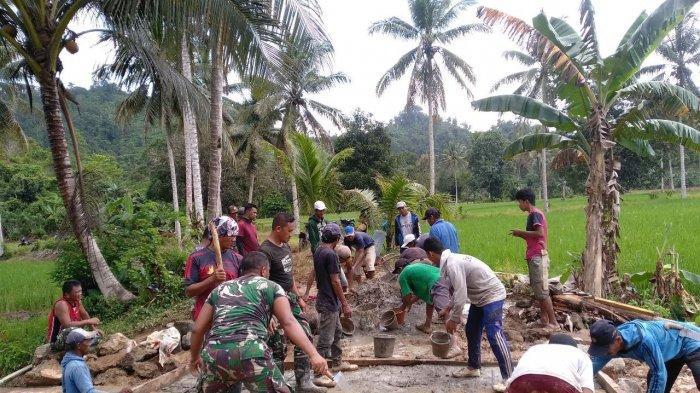 Warga Desa Kamalu Antusias Bantu Satgas TMMD