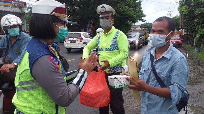 Satlantas Polres Bitung Gelar Operasi Subuh dan Bagi-bagi Takjil, Udin Senang Dapat Takjil
