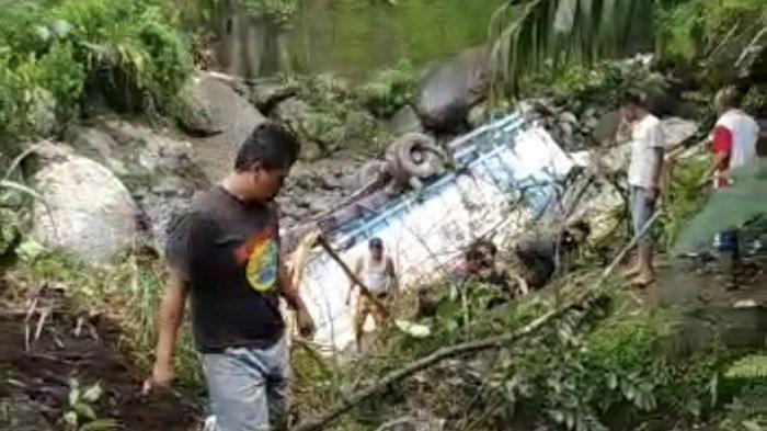 Kecelakaan Truk Terjun ke Sungai, Polisi Menduga Akibat Rem Blong, Sopir Dilarikan ke Rumah Sakit