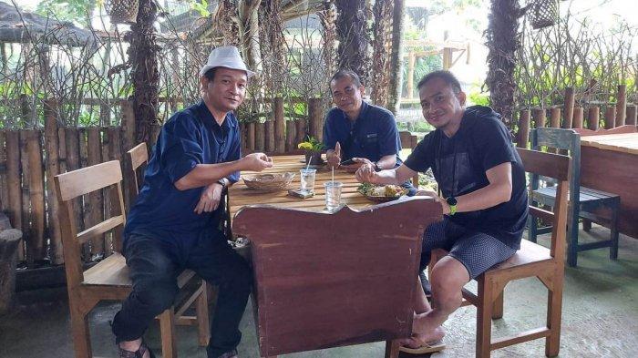 Staf Khusus Gubernur Sulut Bidang Pariwisata Dino Gobel menikmati suasana Sawua Kolintang Café n Resto di Walian Satu, Kecamatan Tomohon Selatan, Kota Tomohon.