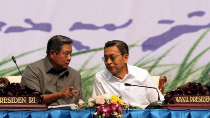 Presiden Republik Indonesia Susilo Bambang Yudhoyono berbincang dengan Wakil Presiden Boediono dalam acara Rapat Kerja Pemerintah Tahun 2013, di Jakarta Convention Center, Jakarta, Senin (28/1/2013).