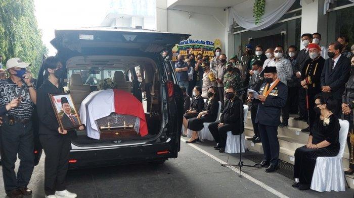 Persemayaman Jenazah SHS di Kantor Wali Kota Bitung, Sebastian Pegang Erat Foto Opa