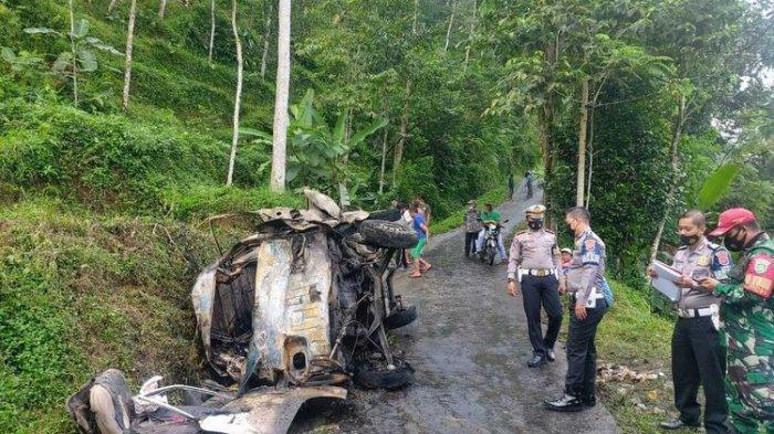 Kecelakaan Maut, Sopir Tewas dan 3 Penumpang Jadi Korban, Mobil Angkot Tabrak Pohon Lalu Terbakar