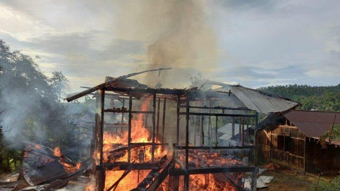 Sebuah rumah di Desa Rumengkor, Minahasa, Sulawesi Utara mengalami kebakaran, Kamis (15/4/2021) siang.