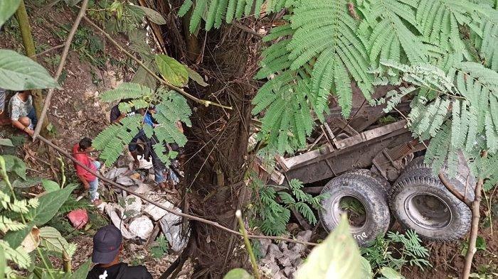 Kecelakaan Lalu Lintas, Truk Bermuatan Batu Masuk Jurang, Nasib Sopir Belum Diketahui