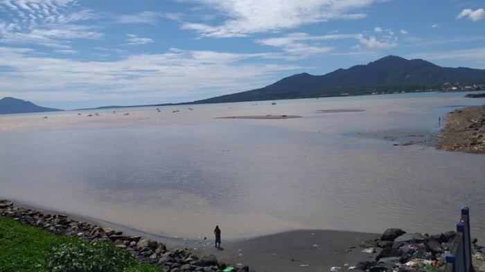 Nelayan Keluhkan Sedimentasi Pesisir Pantai Manado yang Semakin Parah