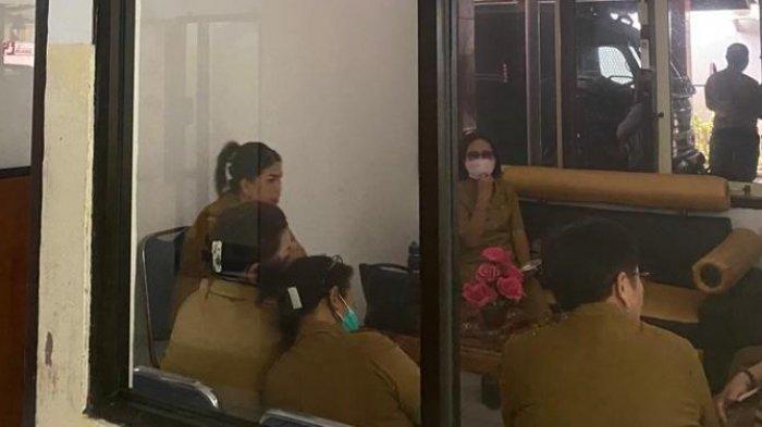 sejumlah kepala sekolah di ruang tunggu kantor kejari Bitung