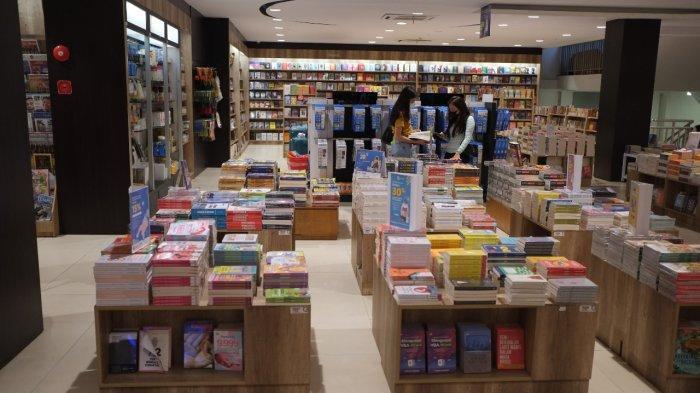 Sejumlah pembeli mengunjungi salah satu toko buku di jalan Sam Ratulangi, Kecamatan Wenang, Kota Manado, Minggu (11/7/2021).