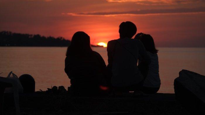 Sejumlah pengunjung menikmati suasana menjelang matahari terbenam di God Bless Park, Kota Manado, Sulawesi Utara, Selasa (12/10/2021).