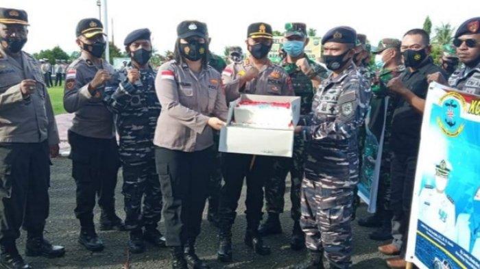 Sejumlah personil TNI dari Lanal Melonguane dan Kodim 1312/Talaud mendatangi Mapolres Talaud.