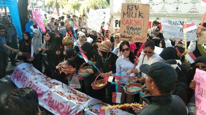 Emak-Emak Pendukung Prabowo-Sandi Bawa Keranda di Depan KPU: Rezim Ini Sudah Zalim