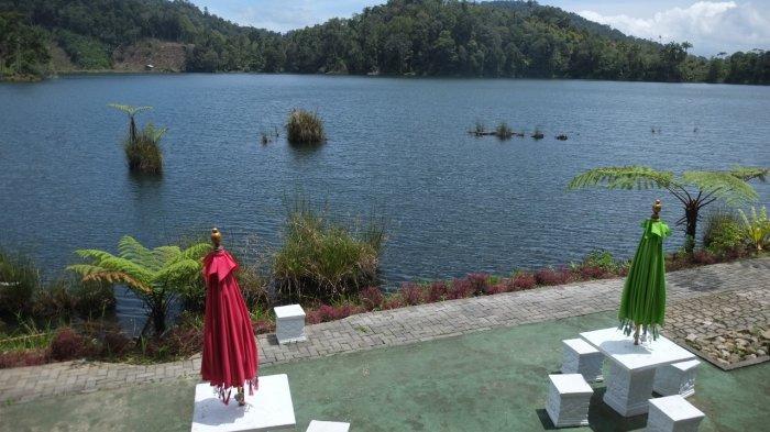 Sejumlah warga mengunjungi salah satu objek wisata di tepi Danau Moat yang berlokasi di Desa Moat, Kecamatan Modayag, Kabupaten Bolaang Mongondow, Minggu (11/7/2021).