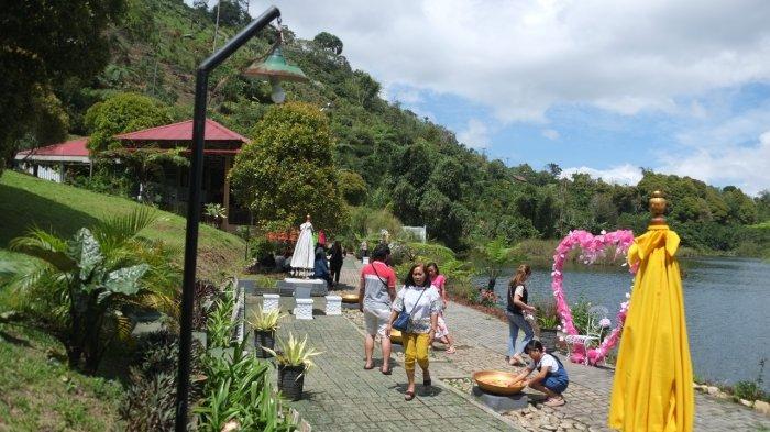 Sejumlah warga mengunjungi salah satu objek wisata di tepi Danau Moat