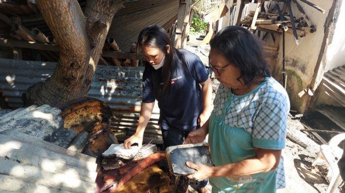 Sejumlah warga sekitar rumah yang terbakar melihat tumpukan Alkitab