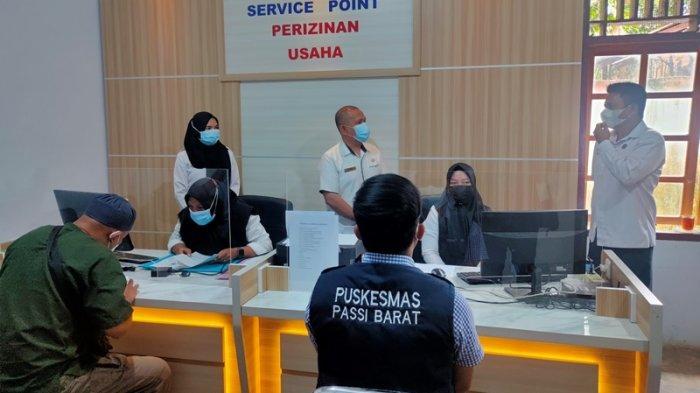 Sekda Bolmong Tinjau Pelayanan Service Point Perizinan Usaha di Passi Barat