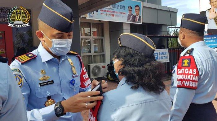 Penguatan Wilayah Bebas Korupsi,Kepala Imigrasi Bitung Sematkan Badge Satgas
