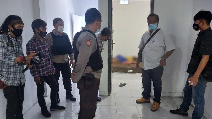 Suasana kamar di lantai 2 sebuah ruko di Kelurahan Wangurer Timur Kecamatan Madidir, tempat ditemukan seorang pria tak bernyawa, Rabu (17/3/2021).