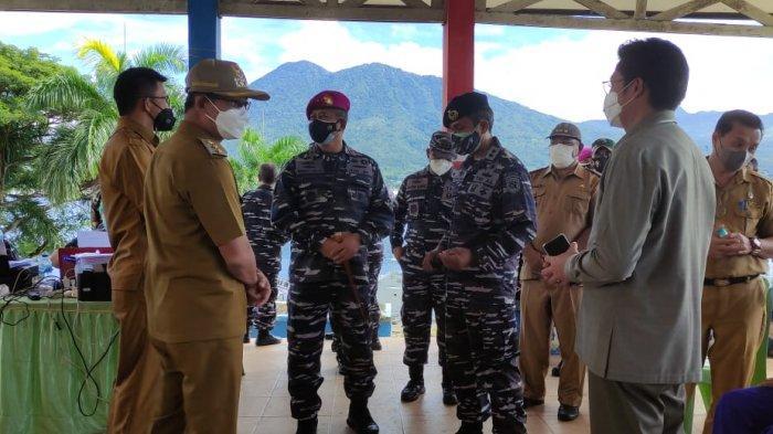 Danlantamal Brigjen TNI Mar I Wayan Ariwijaya berbincang dengan Wakil Wali Kota BItung Hengky Honandar dan pejabat lainnya di sela pemantauan serbuan vaksinasi Covid-19 di Monumen Trikora Pulau Lembeh, Kota Bitung, Selasa (13/7/2021).
