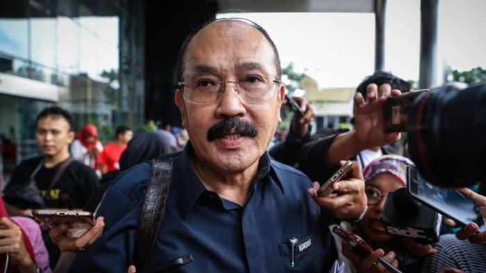 Pengacara Setya Novanto, <a href='https://manado.tribunnews.com/tag/fredrich-yunadi' title='FredrichYunadi'>FredrichYunadi</a> memberikan keterangan pers di Gedung <a href='https://manado.tribunnews.com/tag/kpk' title='KPK'>KPK</a>, Kuningan, Jakarta Selatan, Selasa (21/11/2017). Keterangannya berkaitan dengan kedatangan Setya Novanto ke <a href='https://manado.tribunnews.com/tag/kpk' title='KPK'>KPK</a> untuk menjalani pemeriksaan perdana sebagai tersangka kasus <a href='https://manado.tribunnews.com/tag/korupsi' title='korupsi'>korupsi</a> proyek e-KTP.